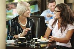 Mulheres novas que encontram-se no café Imagens de Stock