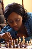 Mulheres novas que jogam a xadrez Foto de Stock
