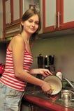 Mulheres novas que lavam os pratos foto de stock royalty free