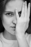 Mulheres novas que olham através dos dedos Imagem de Stock Royalty Free