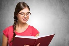 Mulheres novas que prendem um livro fotografia de stock