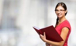 Mulheres novas que prendem um livro imagens de stock royalty free