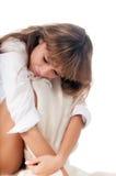 Mulheres novas que sentam-se em uma cama Imagens de Stock