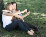 Mulheres novas que tomam um retrato de auto Foto de Stock Royalty Free