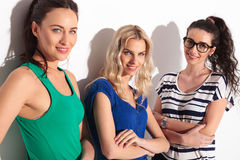 Mulheres ocasionais novas que levantam com as mãos cruzadas Fotos de Stock Royalty Free