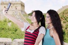 Mulheres ocasionais que tomam fotos no Grande Muralha Fotos de Stock Royalty Free