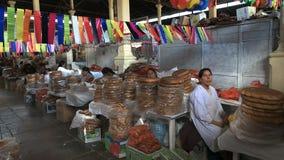 Mulheres peruanas que vendem o pão em San Pedro Market em Cusco video estoque
