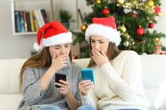 Mulheres preocupadas que leem más notícias no Natal foto de stock royalty free