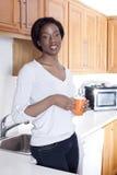 Mulheres pretas bonitas em casa que sorriem foto de stock