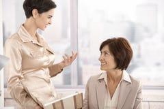 Mulheres profissionais na discussão no escritório fotos de stock royalty free