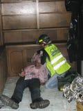 Mulheres que ajudam a pessoa ferida Foto de Stock Royalty Free