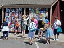 Mulheres que apreciam a mostra ao ar livre do Quilt Imagem de Stock