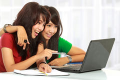 Mulheres que aprendem com um portátil Fotos de Stock Royalty Free