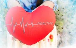 Mulheres que apresentam o coração vermelho com o hea do pulso ou do batimento cardíaco e do texto Fotografia de Stock Royalty Free