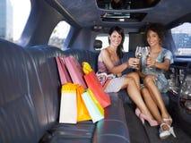 Mulheres que bebem o vinho na limusina Fotos de Stock Royalty Free