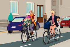 Mulheres que Biking com suas crianças Imagem de Stock