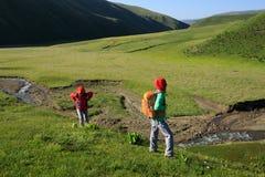 Mulheres que caminham em montanhas do beira-rio Foto de Stock