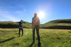 mulheres que caminham em montanhas do nascer do sol Imagens de Stock