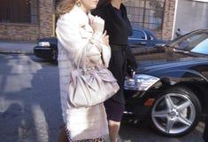 Mulheres que chegam junto ao desfile de moda de Donna Karan em New York Fotografia de Stock