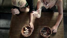 Mulheres que comem no café video estoque