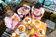 Mulheres que comem o almoço no restaurante bávaro Fotografia de Stock