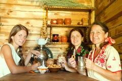 Mulheres que comem o chá imagem de stock royalty free