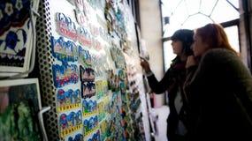 Mulheres que compram ímãs da lembrança de Istambul no bazar grande Foto de Stock