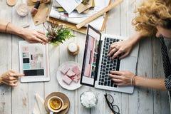 Mulheres que compram em linha usando o conceito dos dispositivos Imagens de Stock Royalty Free