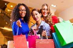 Mulheres que compram na alameda com decoração do Natal imagem de stock