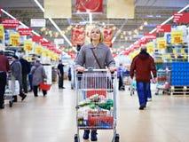 Mulheres que compram no supermercado Fotos de Stock Royalty Free