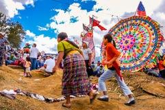 Mulheres que correm na frente do papagaio, todo o dia de Saint, Guatemala Imagens de Stock Royalty Free