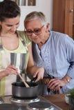 Mulheres que cozinham em uma cozinha fotografia de stock royalty free