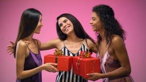 Mulheres que dão presentes ao amigo e que abraçam, tendo o divertimento no chuveiro nupcial, alegria filme