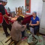 Mulheres que descascam batatas em um restaurante local Em Bayan-Olgiy a província é povoada a 88,7% por Kazakhs Fotografia de Stock