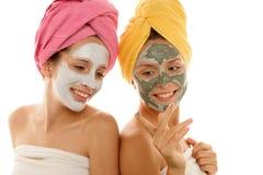 Mulheres que desgastam a argila facial fotografia de stock royalty free