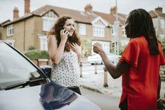 Mulheres que discutem após um acidente de trânsito fotografia de stock
