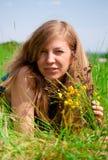 Mulheres que encontram-se no prado Imagens de Stock Royalty Free