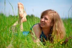 Mulheres que encontram-se no prado Fotografia de Stock