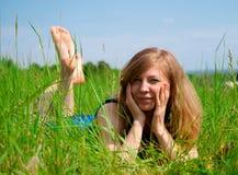 Mulheres que encontram-se no prado Fotografia de Stock Royalty Free