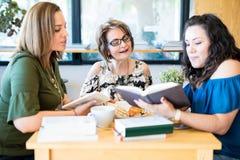 Mulheres que encontram-se para o grupo do livro imagens de stock royalty free