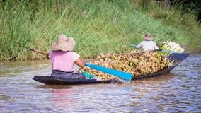 Mulheres que enfileiram uma canoa de esconderijo subterrâneo no lago Inle, Myanmar fotos de stock royalty free