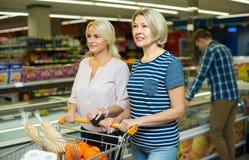 Mulheres que escolhem a carne congelada Foto de Stock