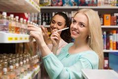 Mulheres que escolhem a garrafa do perfume Foto de Stock Royalty Free