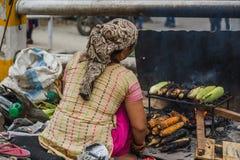 Mulheres que está queimando grãos para vender perto do happe o mais portest da área imagem de stock royalty free