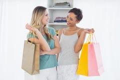 Mulheres que estão com sacos de compras em casa Fotos de Stock