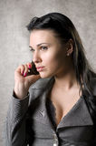 Mulheres que falam no telefone Fotografia de Stock Royalty Free