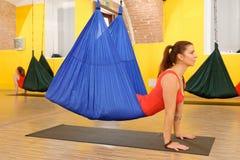 Mulheres que fazem a anti ioga da antena da gravidade imagens de stock royalty free