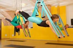 Mulheres que fazem a anti ioga da antena da gravidade fotos de stock