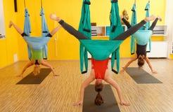 Mulheres que fazem a anti ioga da antena da gravidade fotografia de stock royalty free