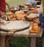 Mulheres que fazem a massa de pão Imagens de Stock Royalty Free